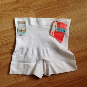 Love your Assets by Spanx. Girl Short Sz. M medium
